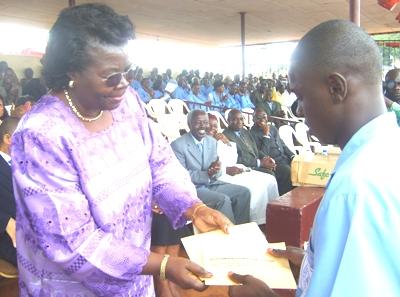 Dorothy_njeuma_handing_over_prize_2