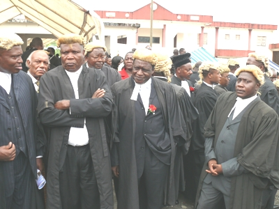 Crosssectiion_of_lawyers_at_court_p
