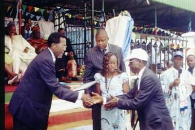 Jean_nkuete_awarding_certificate_to