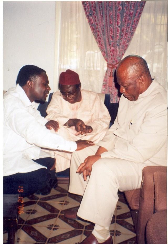 Fru_ndi__ngwasiri_and_pastor_praying_for